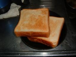 焼き上がった食パン
