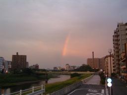 白川の土手から虹を見る