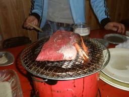肉の塊を焼く