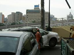 事故車と電柱