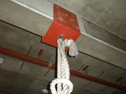 留め具にロープをつなぐ