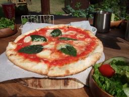 野外のピザ