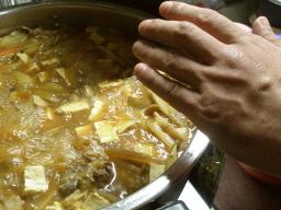 鍋の大きさがわかるよう手を出す