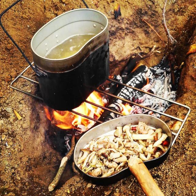 焚き火で飯盒パスタを作っていたり
